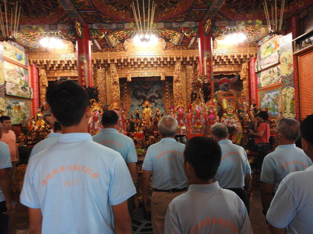 埔里瀛海城隍廟昨幫城隍爺擦淚痕,準備安座。 記者賴香珊/攝影