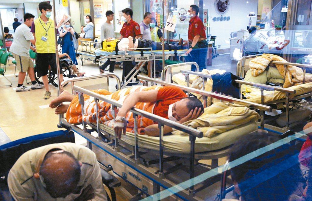 林口長庚醫院急診醫師離職風波未歇,台大醫院急診近日也塞爆。 報系資料照