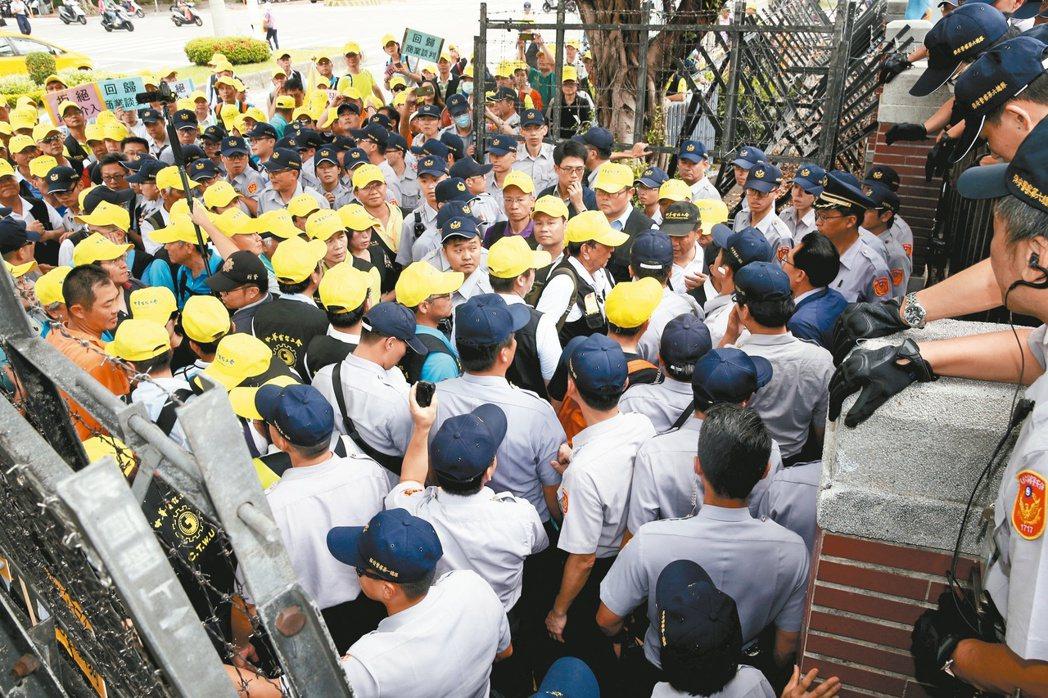中華電信工會到立法院外抗議頻道商。 記者曾吉松/攝影