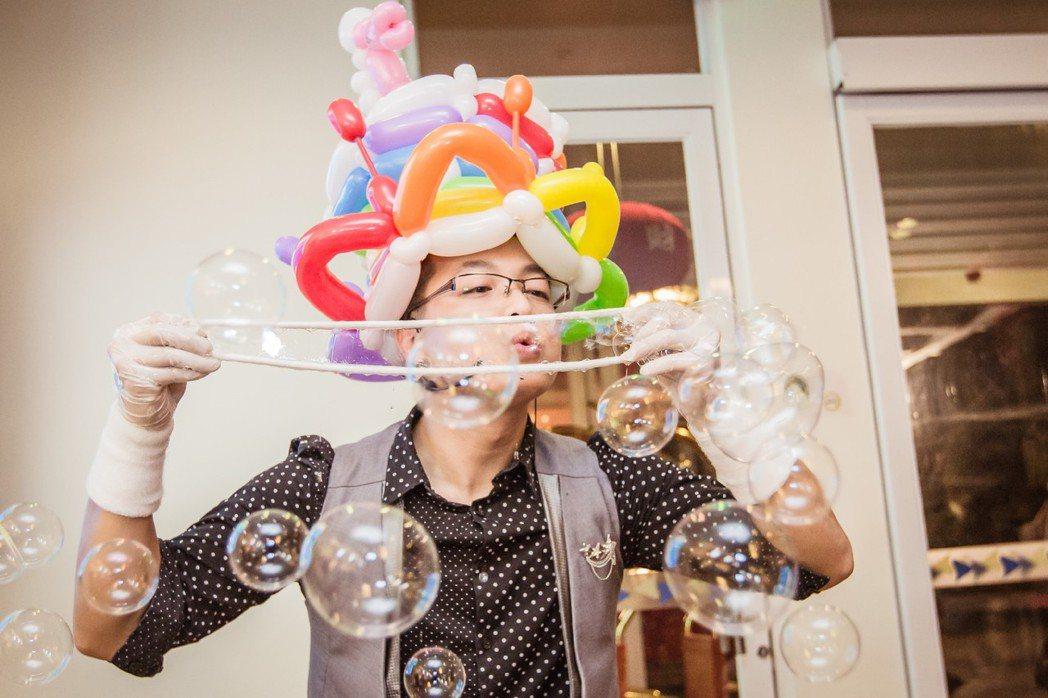 折氣球、吹泡泡,曾定國十八般武藝俱全。圖/曾定國提供