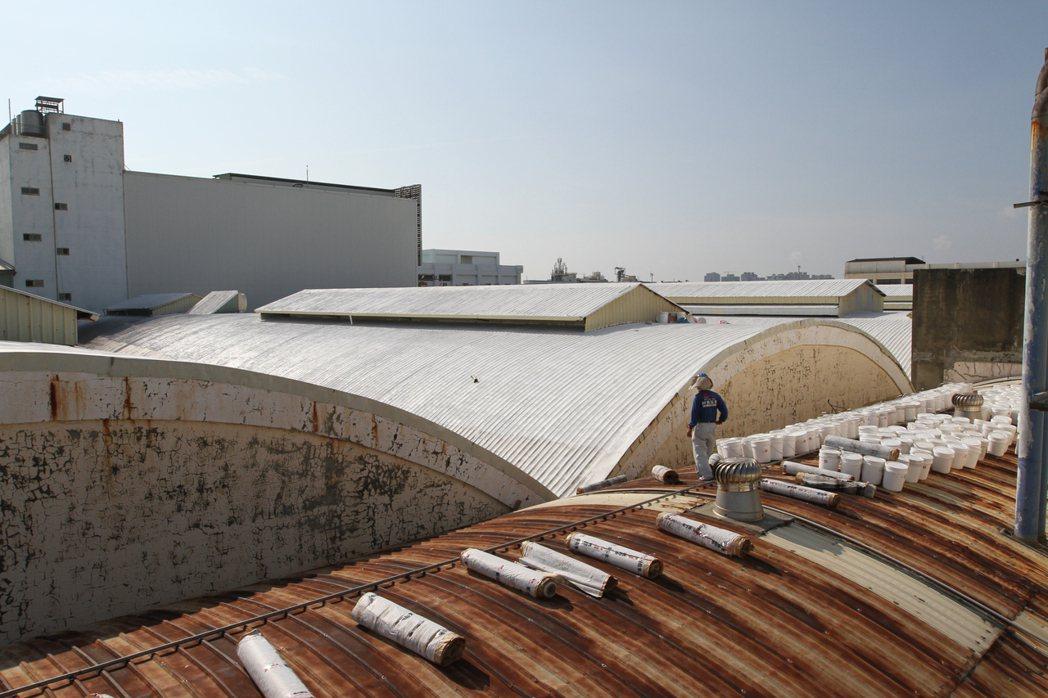 工廠廠房屋頂施作前情形。 張傑/攝影