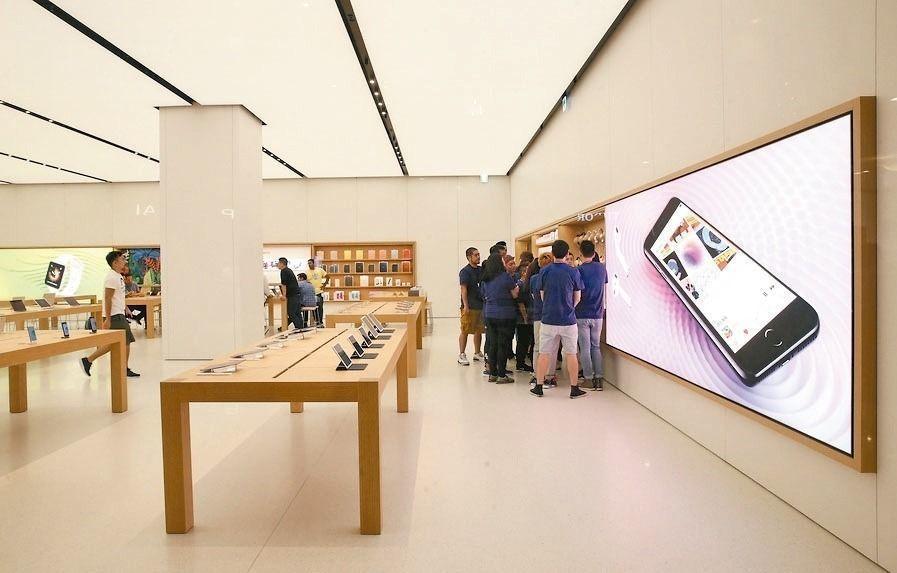 長廊區的桌上及牆面展示蘋果所有系列的產品。記者林俊良/攝影