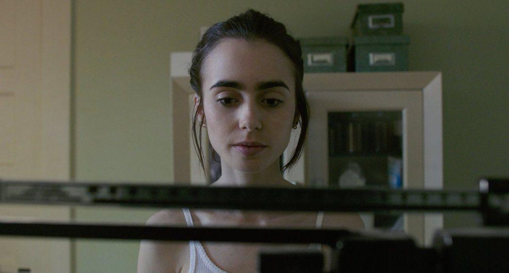 莉莉柯林斯在片中飾演受厭食症所苦的年輕女性。 圖/擷自IMDb