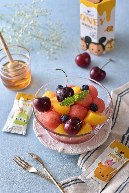 若是水果較酸也可以用蜂蜜沾取來吃,蜂蜜工坊推出迪士尼tsum tsum系列蜂蜜隨...