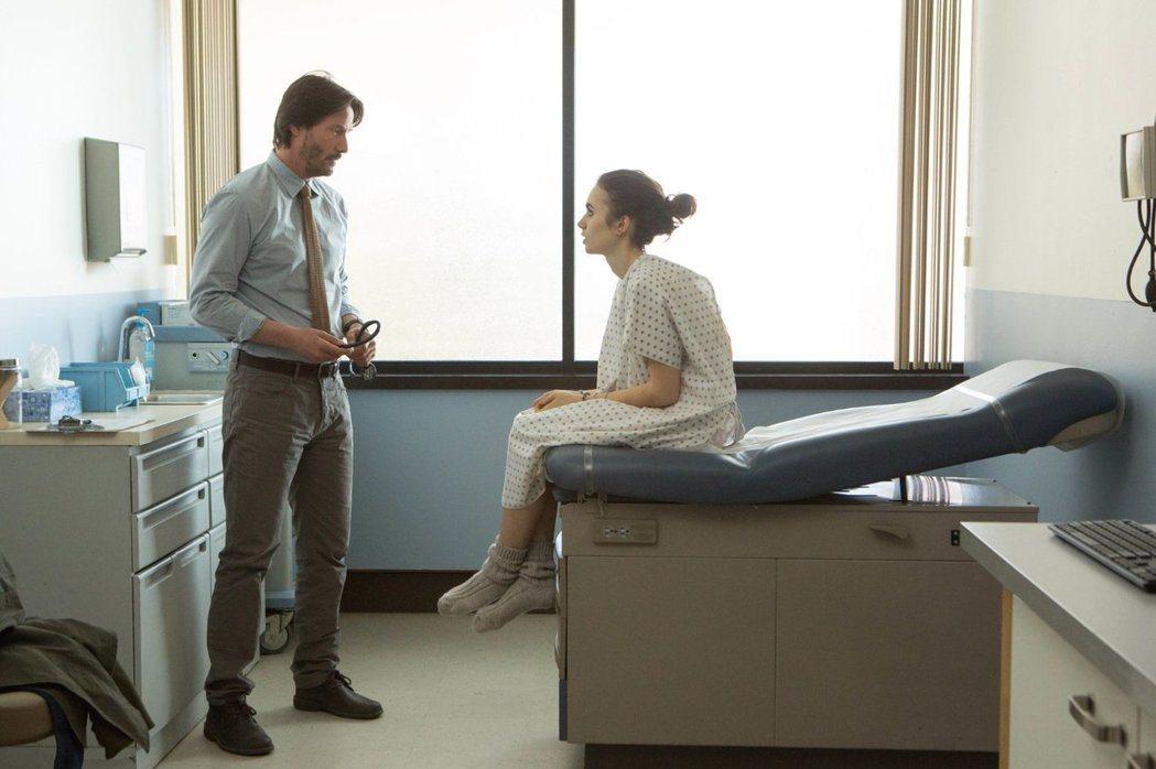 型男大叔基努李維在片中飾演為莉莉柯林斯治療的醫生。 圖/擷自IMDb