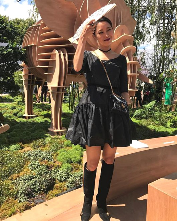 孔曉振以暗黑系登場Dior秋冬高級訂製服周。圖/擷自instagram