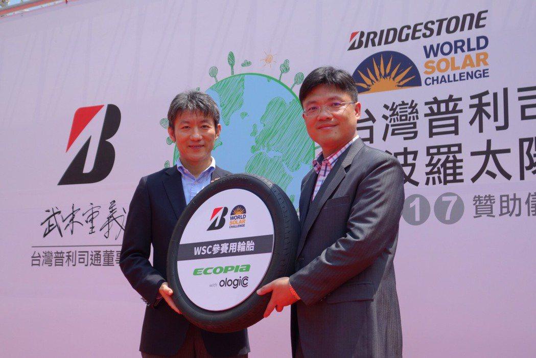 圖為台灣普利司通董事長武末重義(左)與聖約翰科技大學校長艾和昌。 台灣普利司通提...