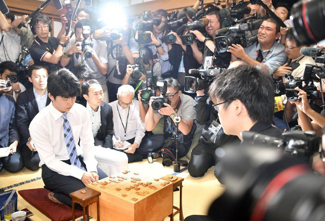 在日本引起空前旋風的14歲天才將棋少年藤井聰太,從升上職業棋後連續越級挑戰高段位...