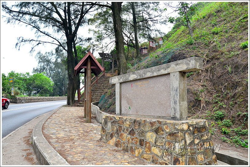 ↑步道南入口就在赤柱峽道大路邊。
