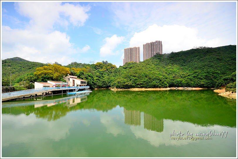 ↑由大壩望水塘觀景台,陽明山莊大廈及翠綠山坡跟著白雲映入潭面,整個景致十分宜人。