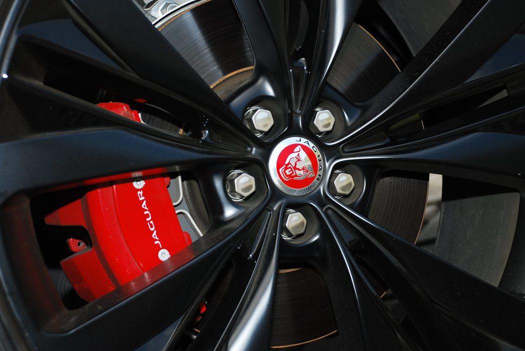 Jaguar F-Pace S AWD專屬的卡鉗。記者林昱丞/攝影