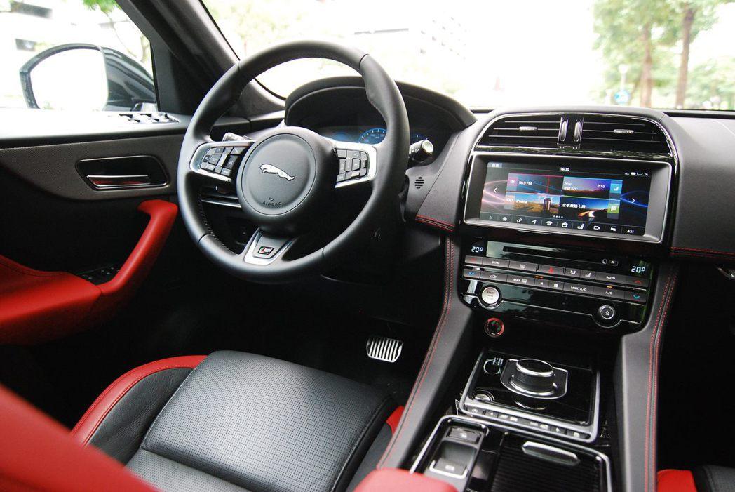 Jaguar F-Pace S AWD內裝。記者林昱丞/攝影