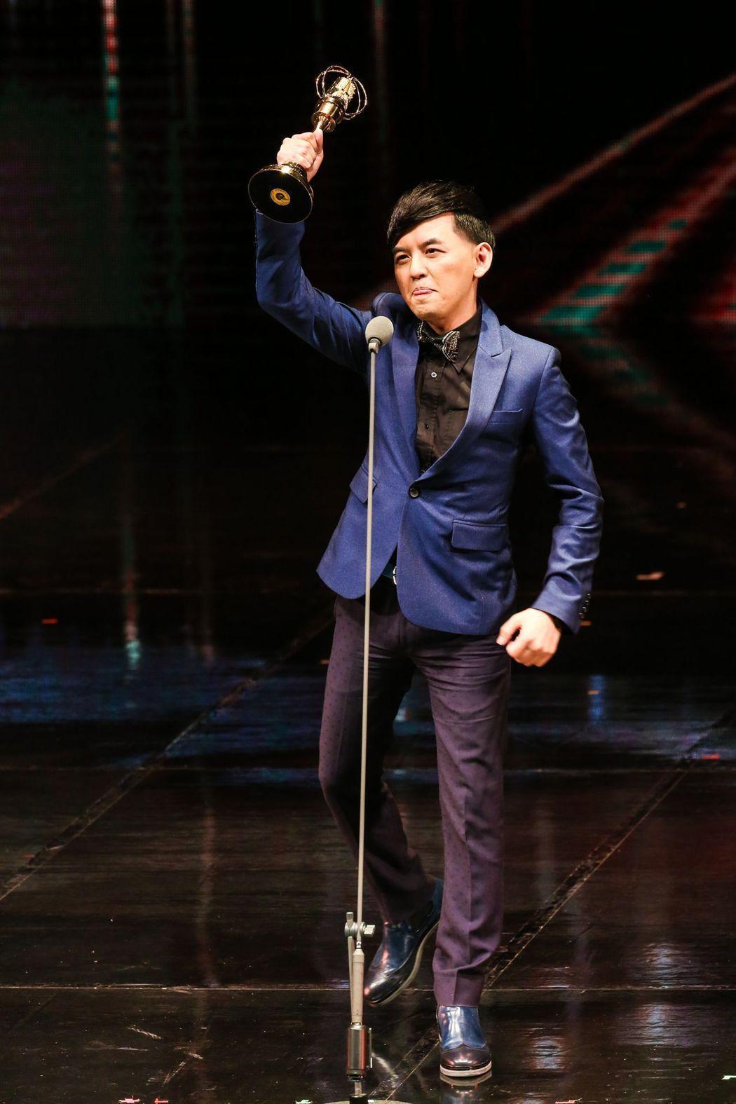 黃子佼以「全球華人音樂榜上榜」拿下金鐘,其實這個節目一開始是找張小燕主持,她婉拒...