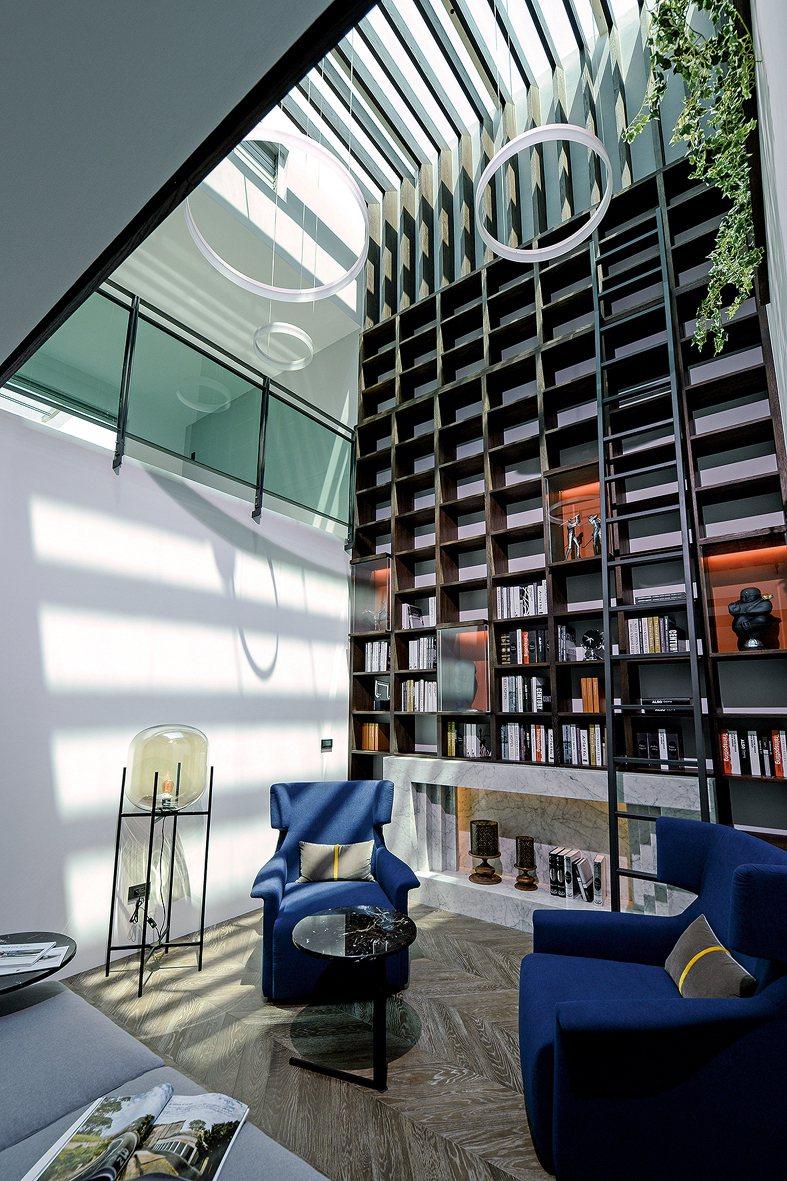在四~五樓起居空間創造一處挑高七米的藝術藏書閣,特別設計通風採光天窗、接引天光入...
