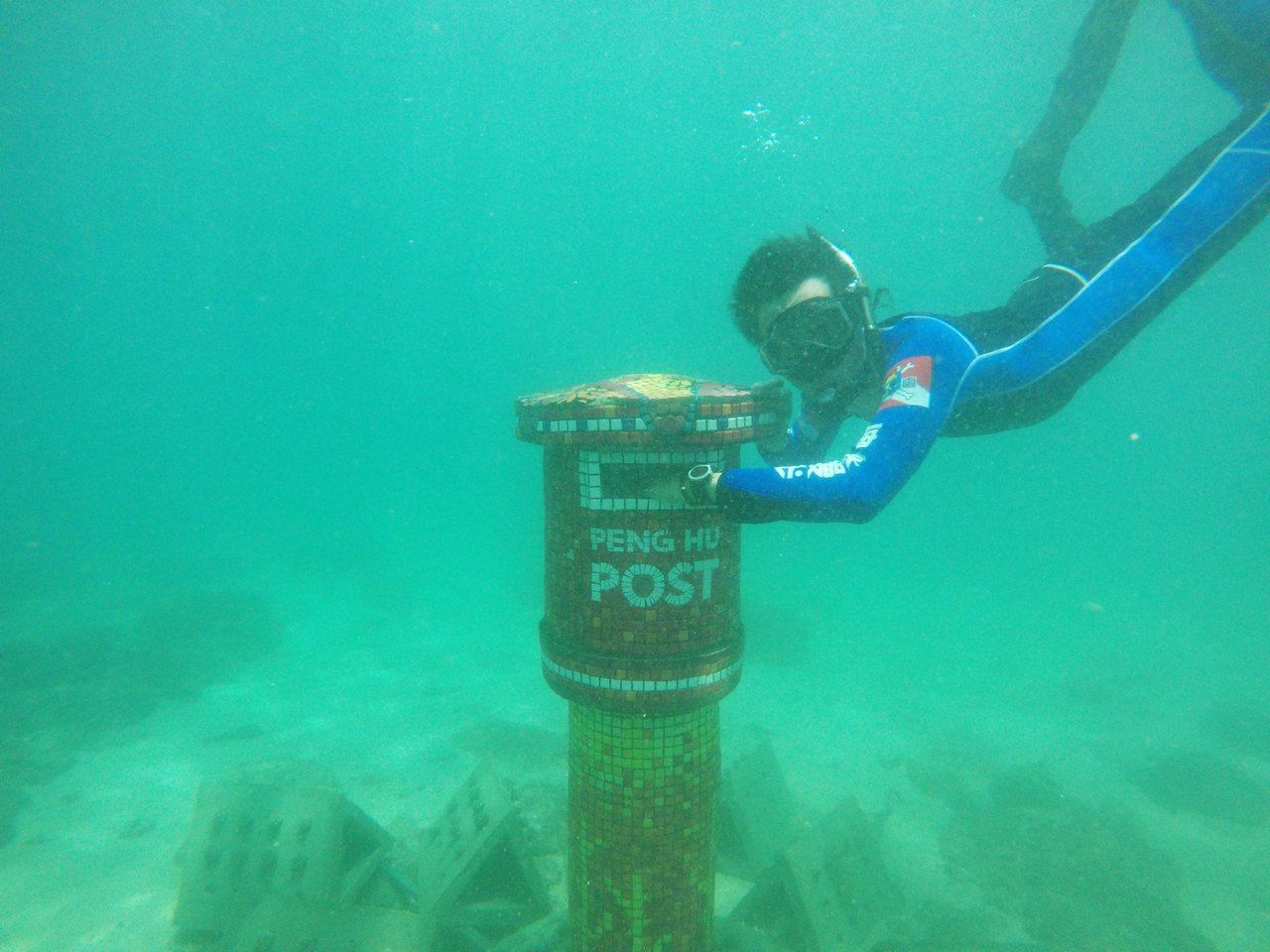 全台唯一的藝術魚礁「海底郵筒」昨天在澎湖露臉。圖/澎湖縣政府提供