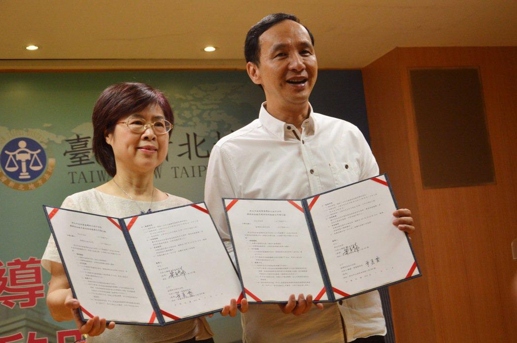 新北地方法院院長葉麗霞(左)、新北市長朱立倫(右)簽署合作書,合作開辦「訴訟輔導...