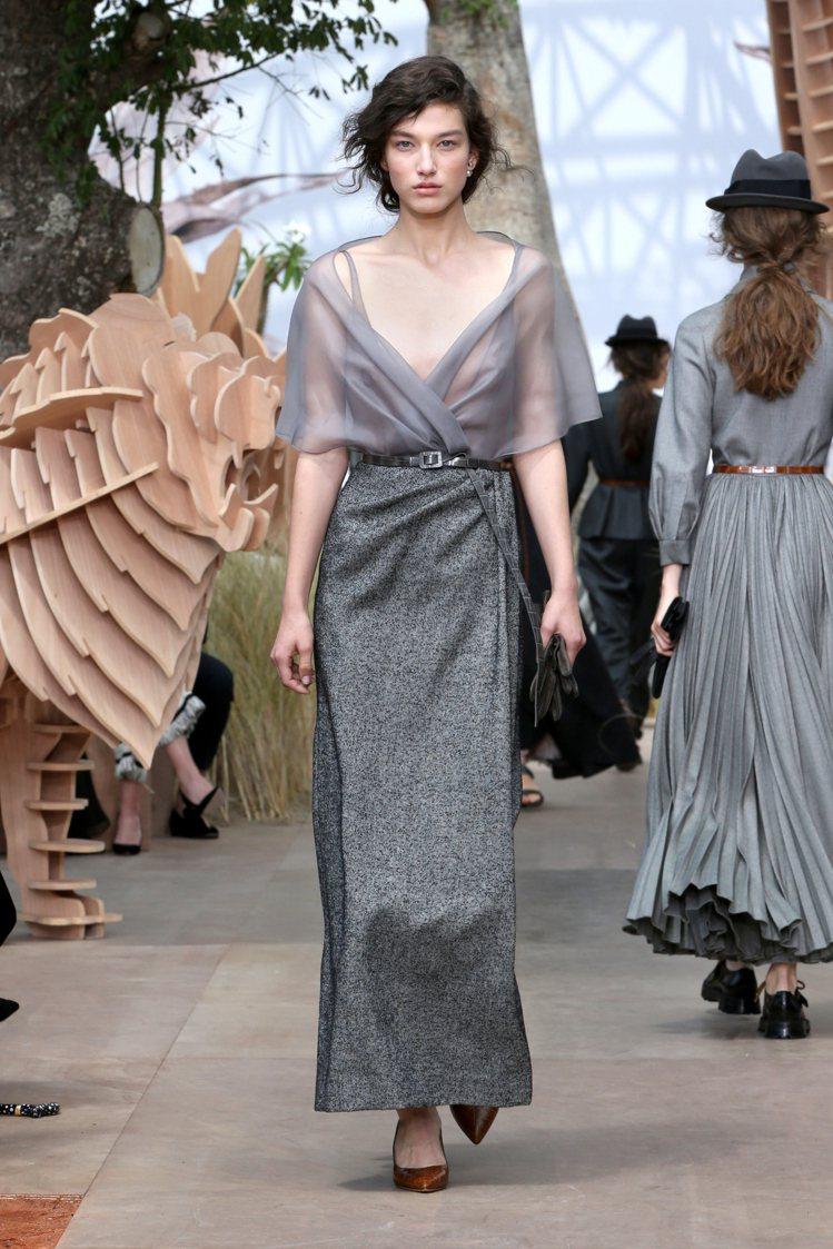 性感柔美與知性嚴謹的對立和諧,是創意總監Maria擅長的手法之一。圖/Dior提...
