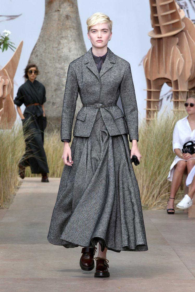創意總監Maria的愛用模特兒Ruth Bell為2017秋冬高級訂製服開秀。圖...