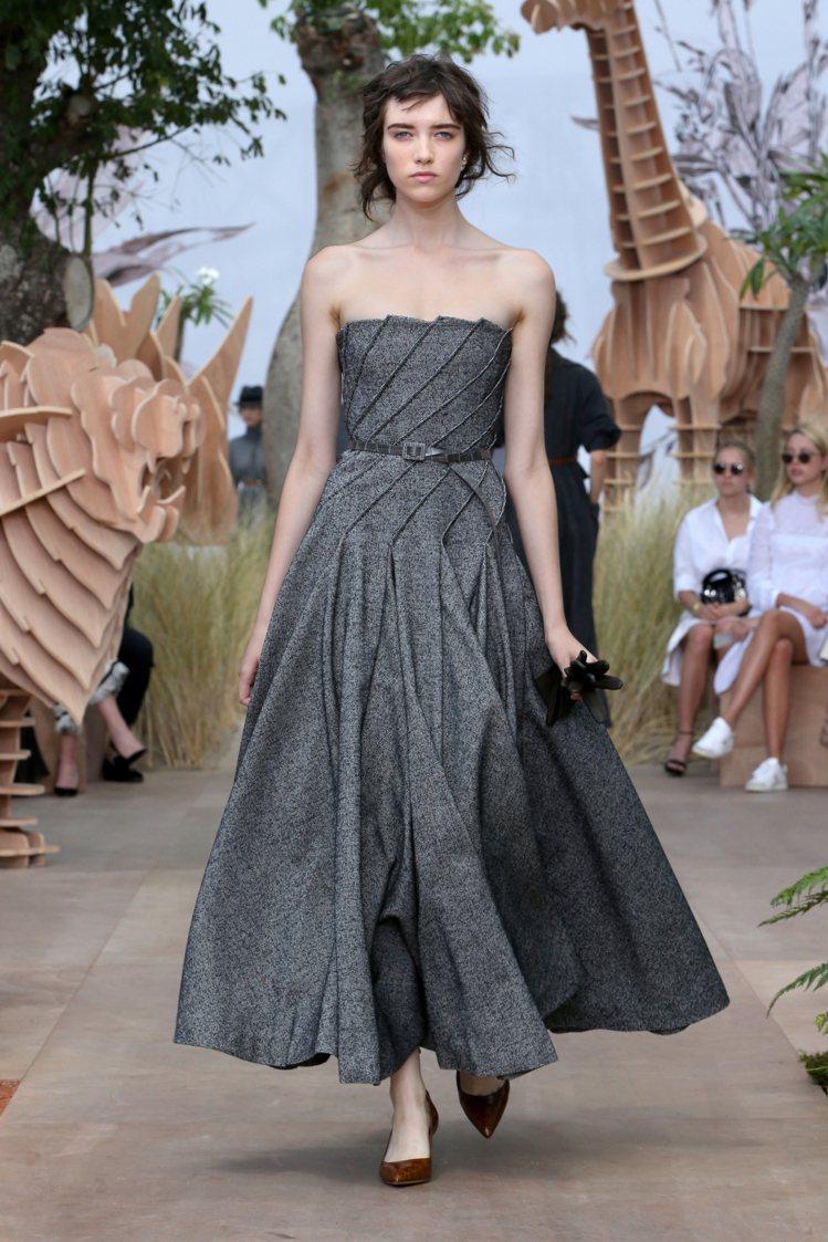 皺褶表現是創意總監Maria Grazia Chiuri的強項之一。圖/Dior...