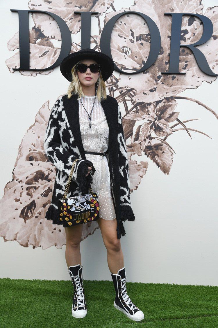 珍妮佛勞倫斯的運動風鞋履搭襯得畫龍點睛,有現代俠女的時尚感。圖/Dior提供