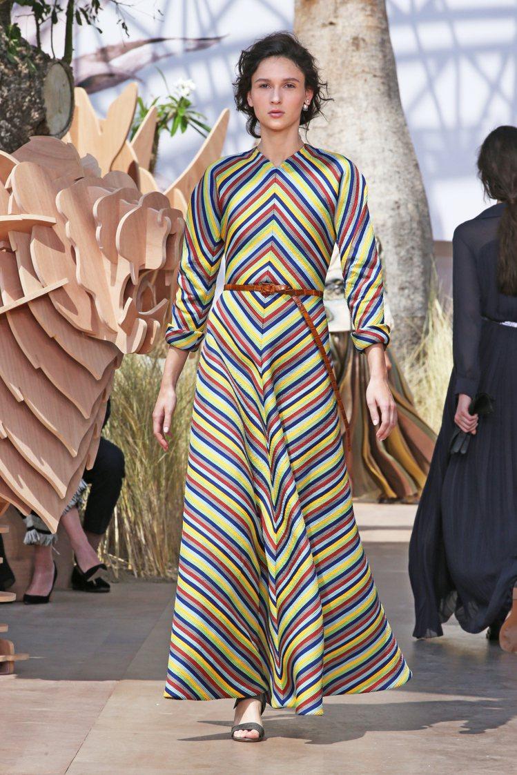 布料本身的流暢、垂墜與光澤,呈現了細緻華麗的美感。圖/Dior提供
