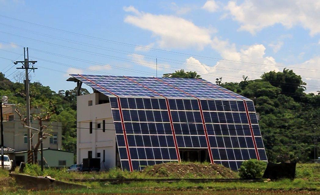 綠建築農舍用太陽能板打造屋頂、外牆。記者卜敏正/攝影
