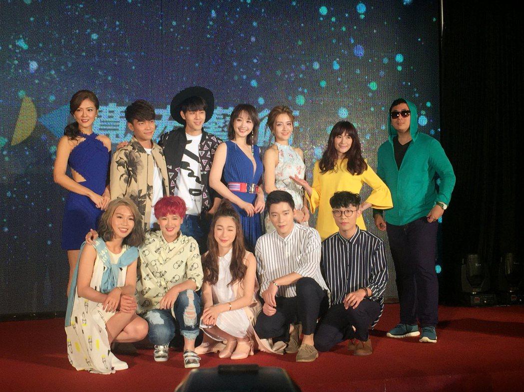 寬宏新簽多位歌手,許仁杰(後排左二)與李宣榕( 後排右三)成同門。記者袁世珮/攝