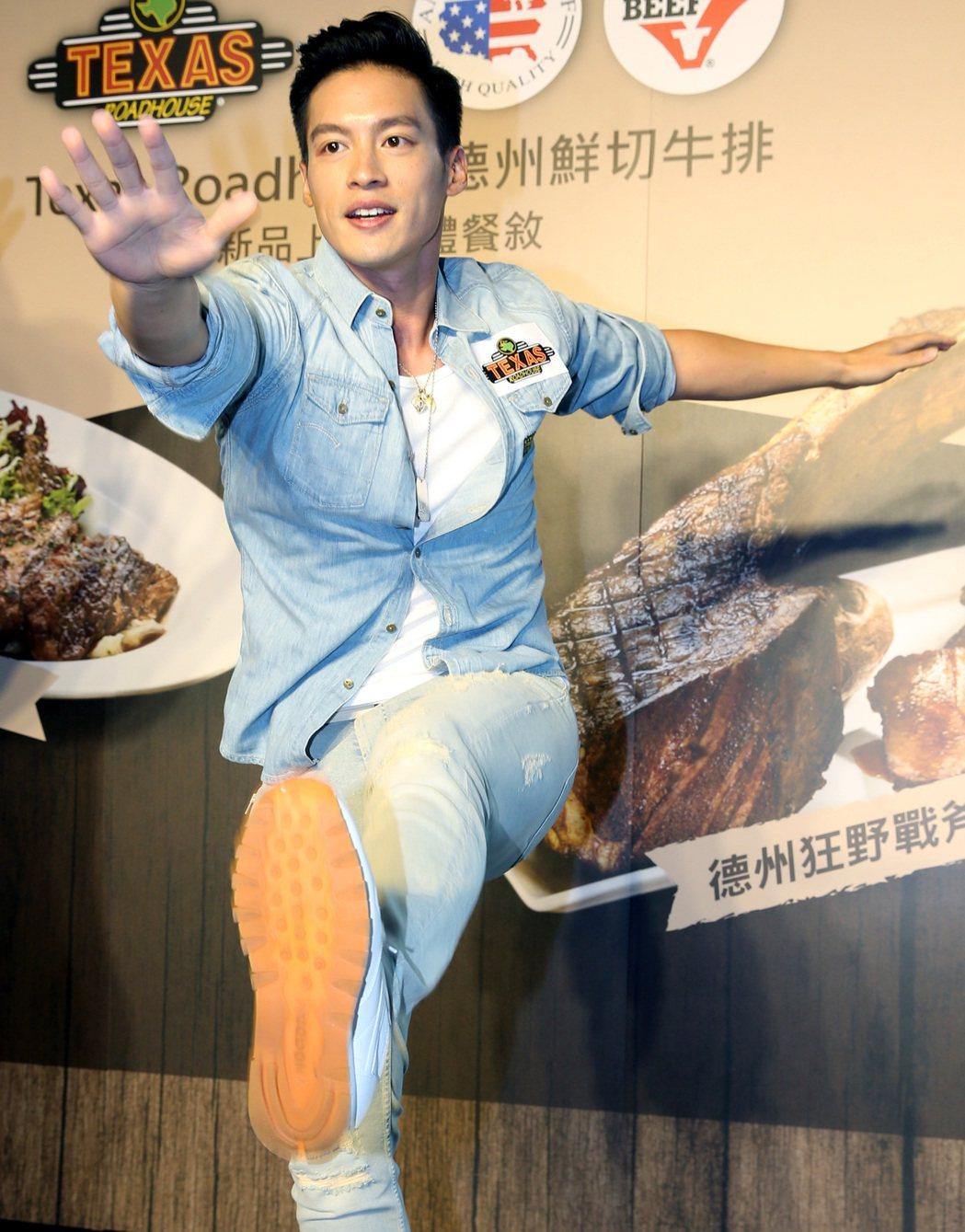 許孟哲出席牛排館響應世大運活動,大秀手藝及示範健身操。記者林俊良/攝影