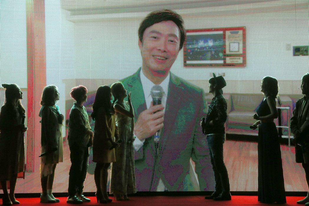 費玉清以大師兄身分錄製VCR歡迎大家加盟。記者胡經周/攝影
