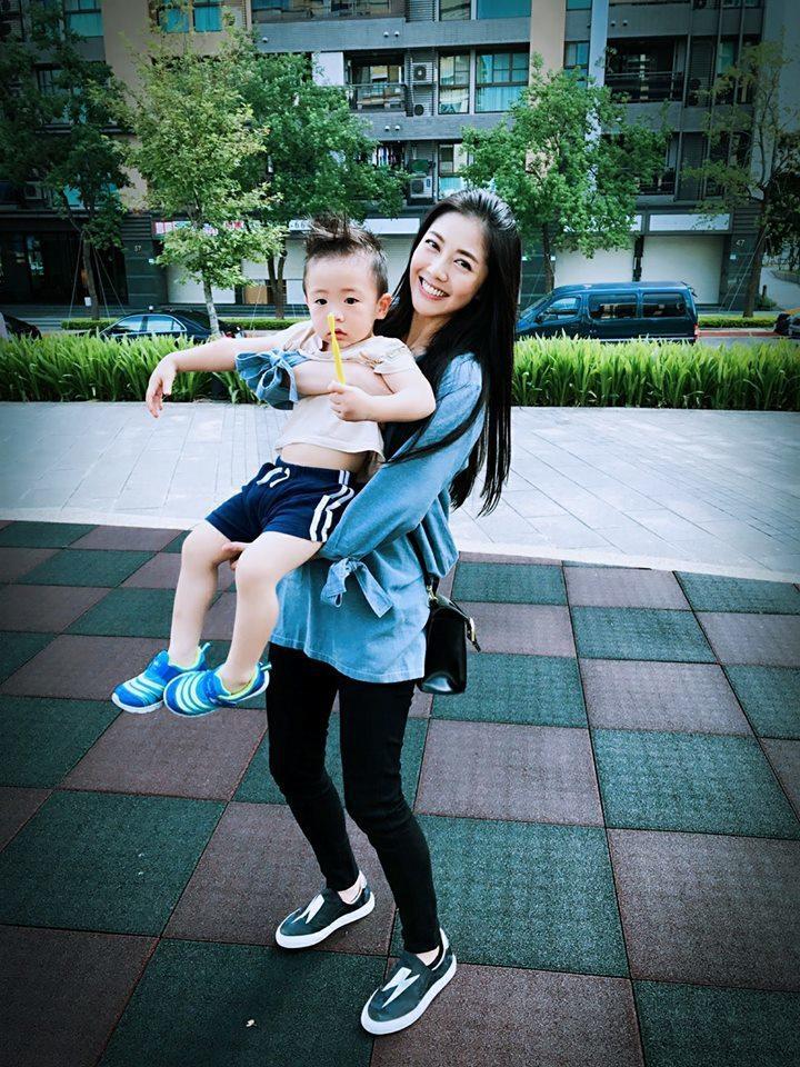 韓瑜開心抱著黃少祺兒子。圖/摘自韓瑜臉書