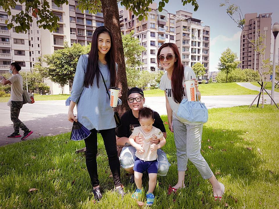 韓瑜和黃少祺妻小小蓁、兒子開心合照。圖/摘自韓瑜臉書