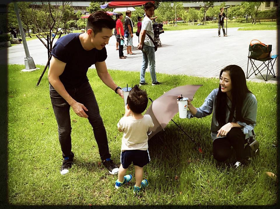 韓瑜拍戲,黃少祺帶著老婆小蓁和兒子來探班。圖/摘自韓瑜臉書