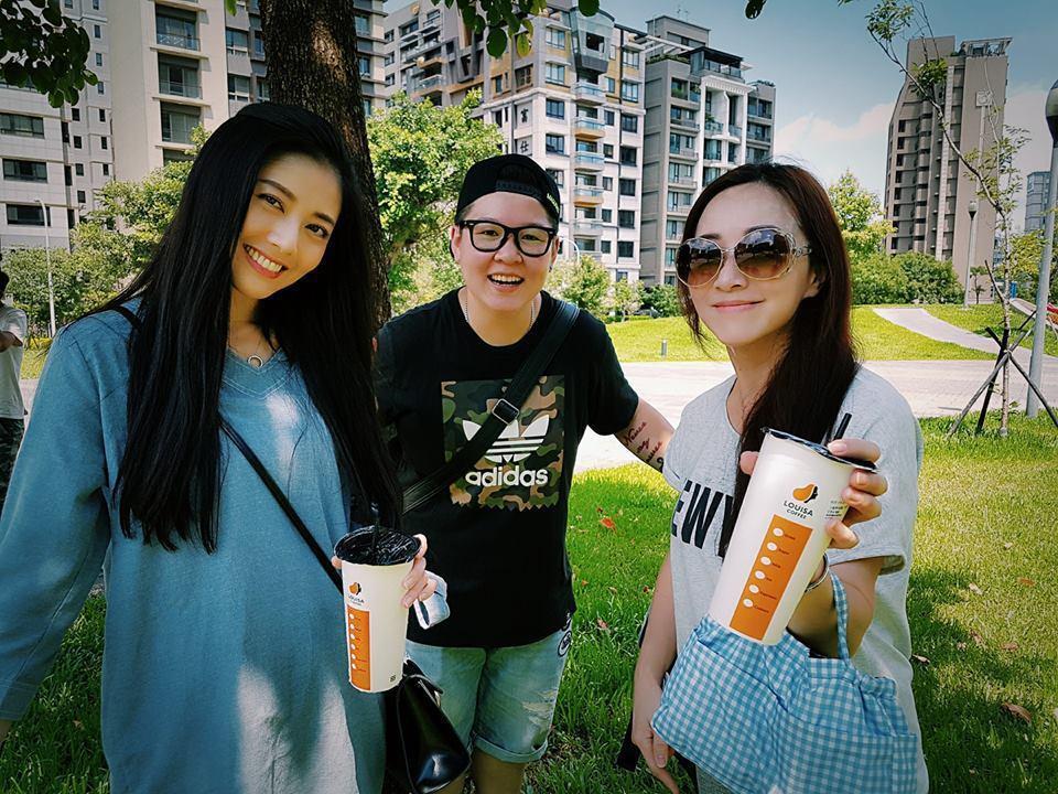 韓瑜和小蓁開心合照。圖/摘自韓瑜臉書