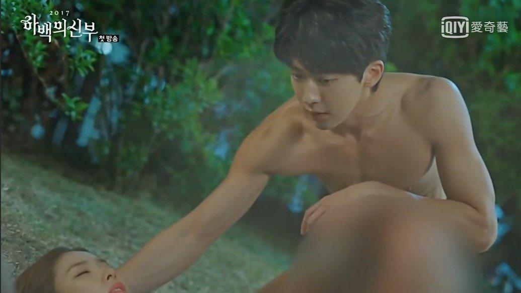 南柱赫在電視劇「河伯的新娘」第一集就裸露上身。圖/愛奇藝提供