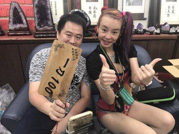 法拉利姐張婷婷因對在台灣演藝圈發展感到灰心,3日搭機前往上海發展,她離台之前在花東展開「餞行巡迴」,當地的朋友紛紛招待她吃住作為道別禮,她上朋友的臉書拍賣直播報答,唱招牌曲「迪迪不要停」、「BoBo...
