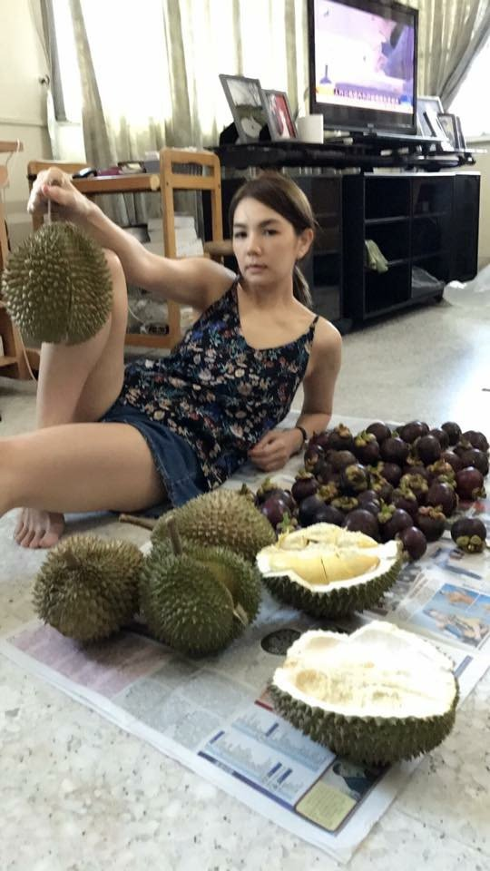 Ella與賴斯翔代勁寶回馬來西亞家鄉祭祖,先聞榴槤。圖/摘自臉書