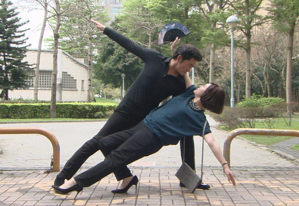 李&#16136(左)與劉曉憶在「牡丹花開」中是一對歡喜冤家。圖/台視提供