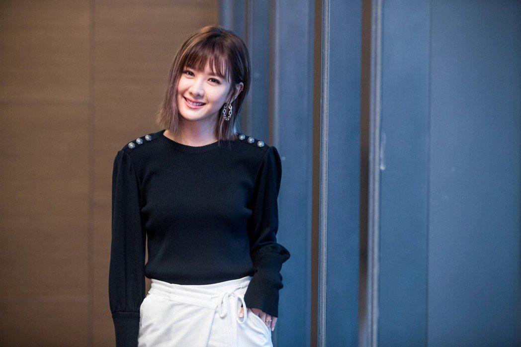 安心亞搭檔新加坡當紅男星陳炯江,演出新片「簡單的婚禮」。圖/華映提供