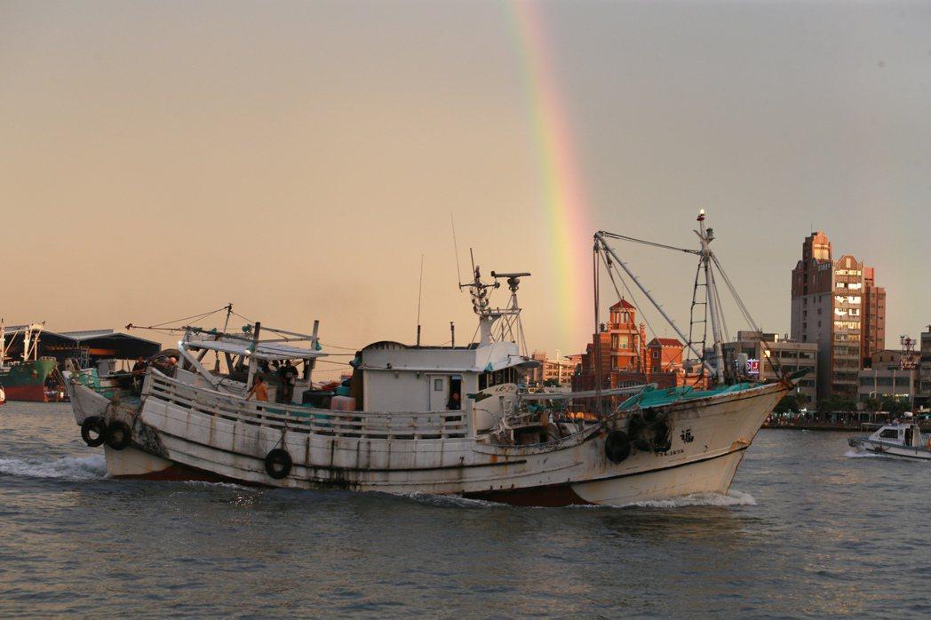 哇!好美的雙層彩虹啊!夕陽西下的傍晚時分,一道雙層彩虹出現在高雄市區上空,橫跨高...