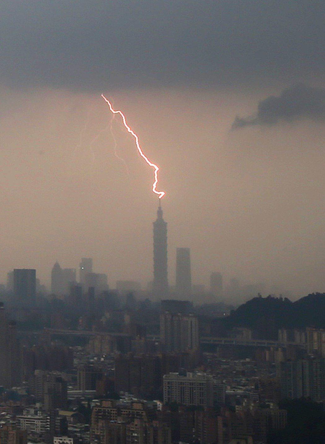 全台各地連日來都下起午後大雷雨,不但雨得來又急又大,且常伴隨閃電、雷擊。記者陳柏...