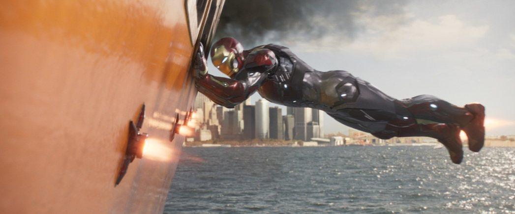 鋼鐵人在「蜘蛛人:返校日」也有不少發揮。圖/索尼提供