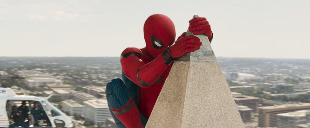 美國著名地標-華盛頓紀念碑在「蜘蛛人:返校日」中受到攻擊。圖/索尼提供。