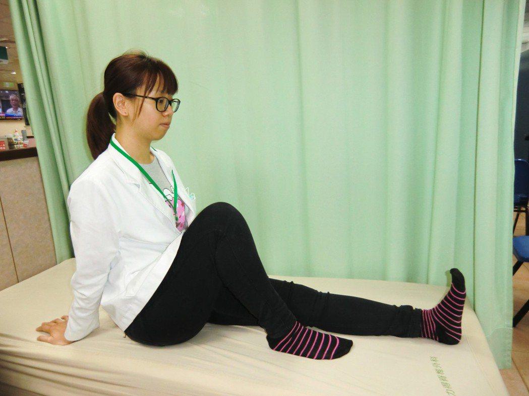 人工關節置換術術後復健「下肢滑行運動」,坐在床上,將患側(即圖中右膝)膝蓋彎曲、...