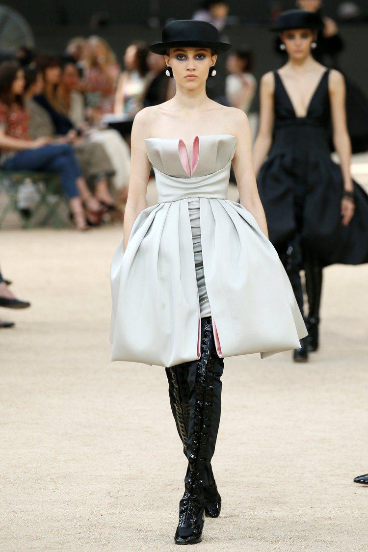 緞面小洋裝以大型蝴蝶結綁出俏皮。圖/路透