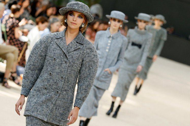這一季可以很明顯看出卡爾拉格斐在服裝輪廓上的多變想法,從50年代的繭型肩線外套到...