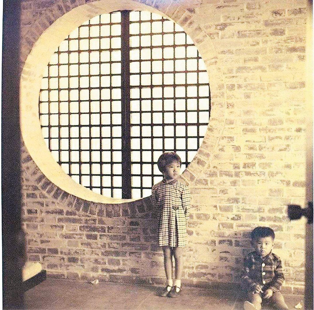 王大閎在「建國南路自宅」的家居兒女照。 阮慶岳