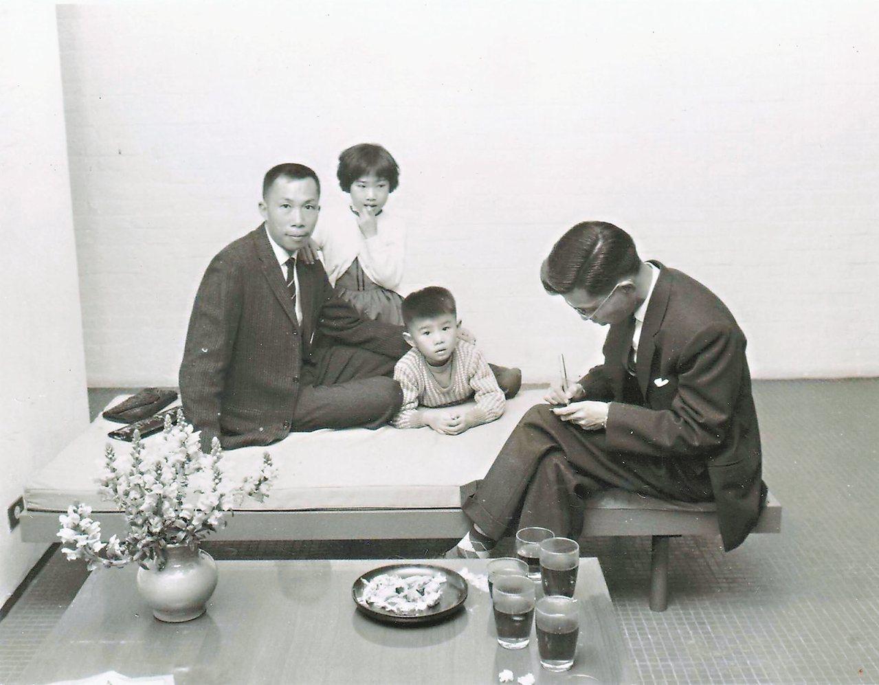 王大閎(左一)在「建國南路自宅」裡接受採訪。 阮慶岳