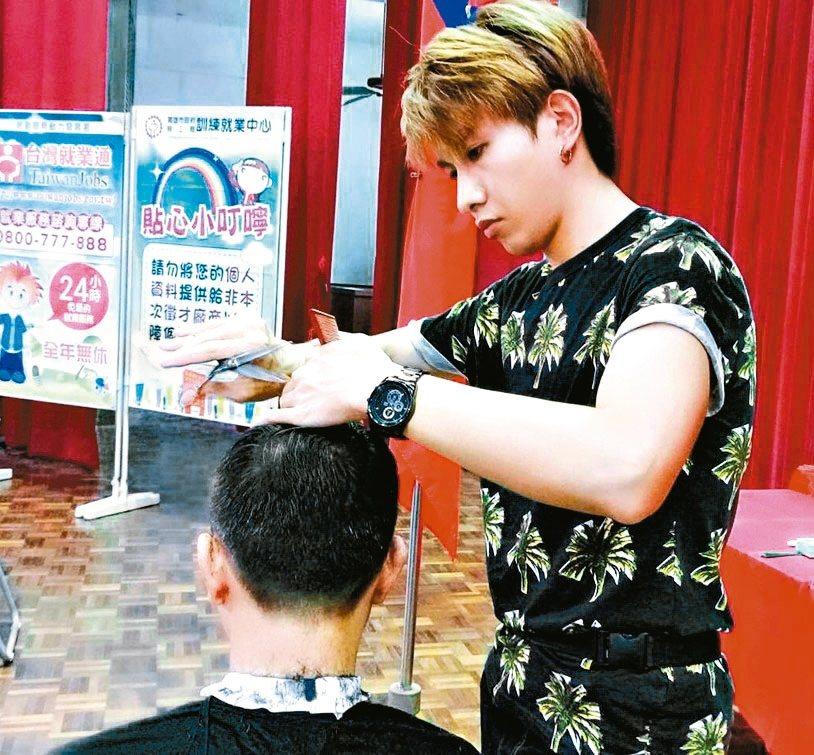 潘志宏(右)為追尋夢想,從一個陽剛味十足的軍人化身型男美髮師。 圖/潘志宏提供