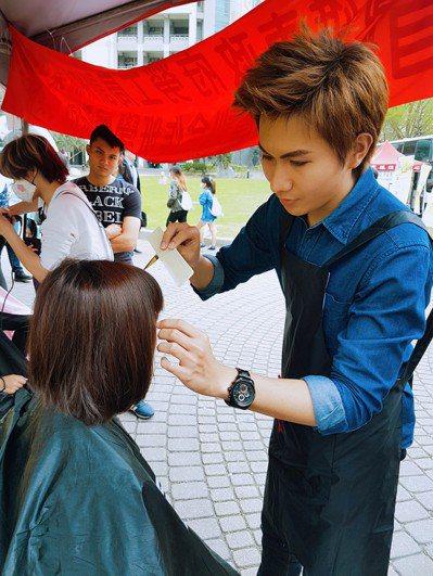 潘志宏(右)為追尋夢想,化身飛遜型男美髮師。 圖/潘志宏提供