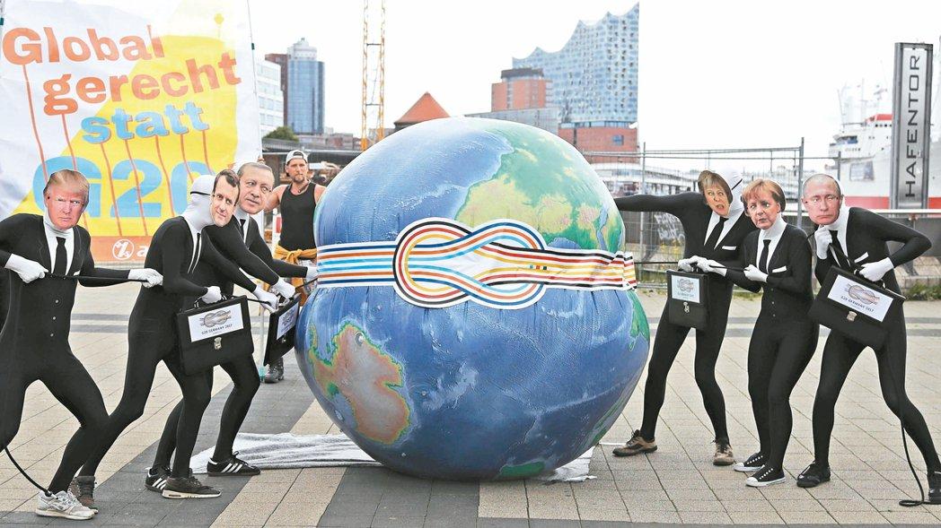 反對全球化的示威者四日在德國漢堡易北愛樂廳前演出行動劇,抗議七日將在漢堡舉行的G...